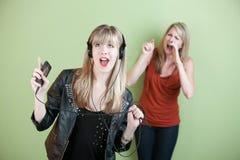 Mulher nova que canta ruidosamente fotografia de stock royalty free