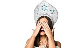 Mulher nova que cobre seus olhos com suas mãos imagem de stock