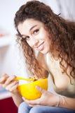 Mulher nova que come cereais Fotos de Stock