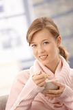 Mulher nova que come o pequeno almoço fotos de stock