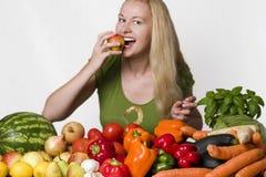 Mulher nova que come a pera Fotos de Stock Royalty Free