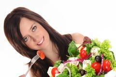 Mulher nova que come a salada saudável Fotografia de Stock Royalty Free