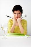 Mulher nova que come seu pequeno almoço Imagens de Stock