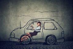 Mulher nova que conduz um carro imagem de stock