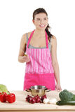 Mulher nova que cozinha o alimento saudável Imagens de Stock