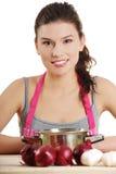 Mulher nova que cozinha o alimento saudável Fotos de Stock Royalty Free