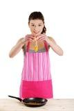 Mulher nova que cozinha o alimento saudável Fotografia de Stock