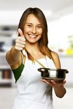Mulher nova que cozinha o alimento saudável - sinal aprovado Fotografia de Stock