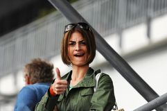 Mulher nova que dá o thumbs-up Foto de Stock