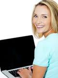 Mulher nova que datilografa no portátil Imagens de Stock Royalty Free