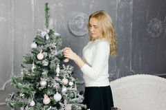 Mulher nova que decora a árvore de Natal Fotografia de Stock