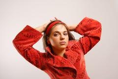 Mulher nova que desgasta o revestimento vermelho Imagens de Stock Royalty Free