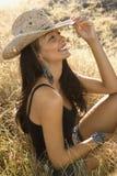 Mulher nova que desgasta um chapéu de cowboy da palha. imagem de stock royalty free