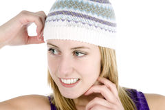Mulher nova que desgasta um chapéu do estilo do beanie Imagens de Stock