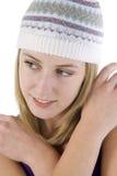 Mulher nova que desgasta um chapéu do estilo do beanie Foto de Stock Royalty Free