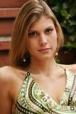 Mulher nova que desgasta um vestido verde Imagem de Stock
