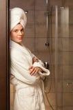 Mulher nova que desgasta uma veste imagens de stock royalty free