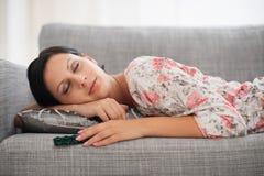 Mulher nova que dorme com bloco dos comprimidos Fotos de Stock Royalty Free