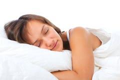 Mulher nova que dorme na cama Imagem de Stock Royalty Free