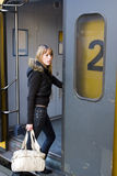 Mulher nova que embarca um trem Imagens de Stock