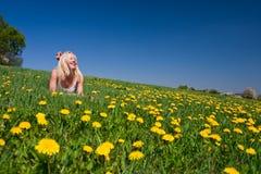 Mulher nova que encontra-se em um prado Fotografia de Stock