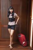 Mulher nova que entra em um quarto de hotel Foto de Stock Royalty Free