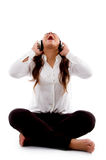 Mulher nova que escuta a música e que canta Fotos de Stock Royalty Free