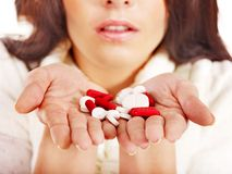A mulher nova que está com a gripe toma comprimidos. Imagem de Stock Royalty Free