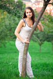 Mulher nova que está na grama verde Foto de Stock Royalty Free