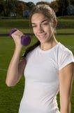 Mulher nova que exercita ao ar livre Fotografia de Stock Royalty Free