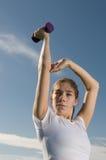 Mulher nova que exercita ao ar livre Foto de Stock