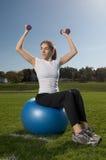 Mulher nova que exercita ao ar livre Fotos de Stock