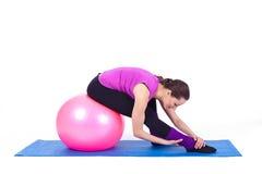 Mulher nova que exercita com caber-esfera Imagem de Stock Royalty Free