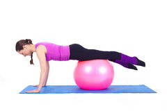 Mulher nova que exercita com caber-esfera Imagens de Stock