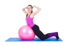 Mulher nova que exercita com caber-esfera Fotos de Stock Royalty Free