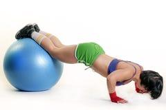 Mulher nova que exercita com caber-esfera Fotos de Stock
