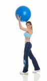 Mulher nova que exercita com uma esfera dos pilates Imagens de Stock Royalty Free