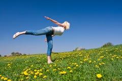 Mulher nova que exercita a ioga Fotografia de Stock