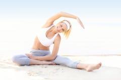 Mulher nova que exercita na praia Imagem de Stock Royalty Free
