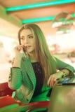 Mulher nova que fala em um telefone de pilha Foto de Stock
