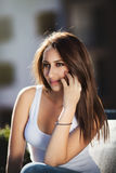 Mulher nova que fala no telefone Imagem de Stock Royalty Free