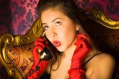 Mulher nova que fala no telefone Fotografia de Stock