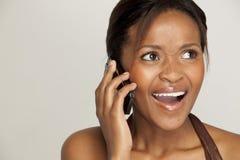 Mulher nova que fala no telefone de pilha Imagem de Stock