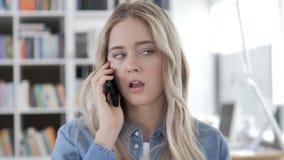 Mulher nova que fala no telefone vídeos de arquivo