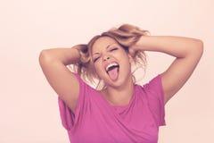 Mulher nova que faz as faces engraçadas Fotografia de Stock Royalty Free