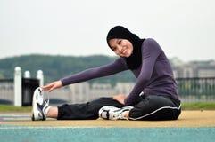 Mulher nova que faz exercícios Fotografia de Stock