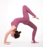 Mulher nova que faz a ioga foto de stock