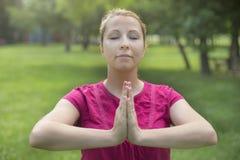 Mulher nova que faz a ioga Fotografia de Stock Royalty Free