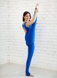 Mulher nova que faz a ioga Imagens de Stock