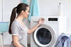 Mulher nova que faz a lavanderia fotografia de stock royalty free